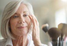 Reife Frau mit Hautalterungen