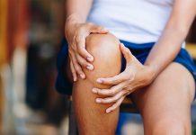 Arthrose Frau bei Sport mit Knieschmerzen